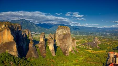 monasteri: Formazioni rocciose e paesaggio a monasteri di Meteora durante l'estate, nella regione Trikala, Grecia.
