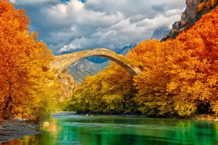 Bedeckt Landschaft Konitsa Brücke und Aoos River, Griechenland.