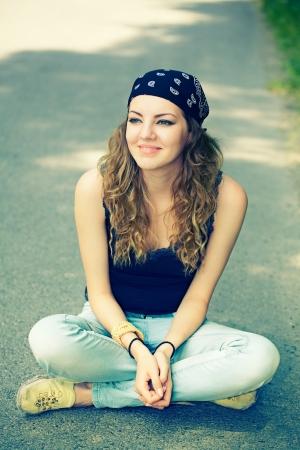 mujer hippie: Retrato de una bella mujer de 20 a�os que disfruta de un d�a de verano al aire libre.