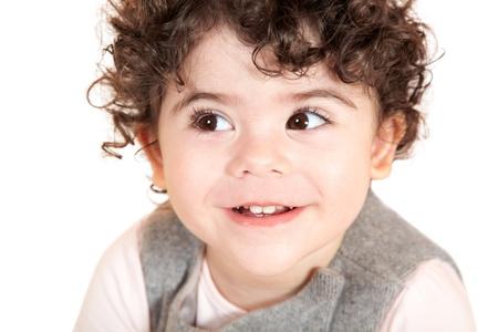 cabello rizado: Dos años de niña con el retrato del pelo rizado, tiro del estudio. Foto de archivo