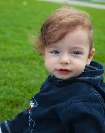 9 months old: 9 meses de edad del beb� retrato ni�o al aire libre en el parque. Foto de archivo