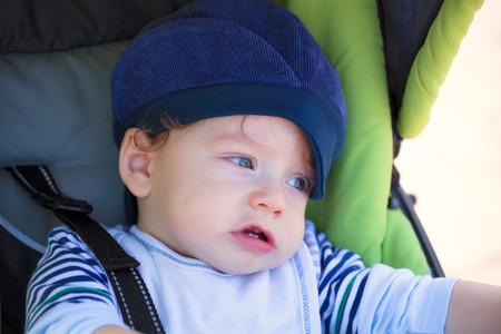 fresh air: Baby boy per l'aria fresca in passeggino.