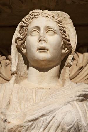 Statua di marmo antico di una donna guarda sotto intricate statua copia spazio arco � Sophia, dea della Sapienza, presso la Biblioteca Celcus a Efeso, in Turchia
