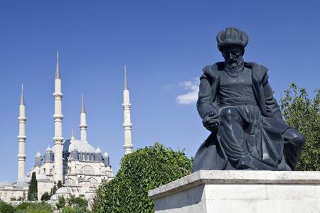 Turkey, Edirne, la Moschea Selimiye e la statua del suo architetto Mimar Sinan. Il patrimonio mondiale dell'UNESCO della Moschea Selimiye, costruito da Mimar Sinan nel 1575.
