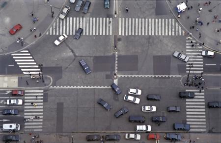 senda peatonal: Intersecci�n vial en Par�s, Francia