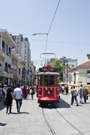 Istanbul, Turchia - 18 Ott 2008 Tram e gente che cammina, via Istiklal, Beyoglu, Beyoglu una delle strade pi� famose di Istanbul per i turisti per i turisti
