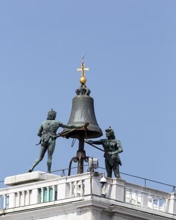 St Marks torre dell'orologio closeup mostrando i campanili e Mori figure che circondano il bel