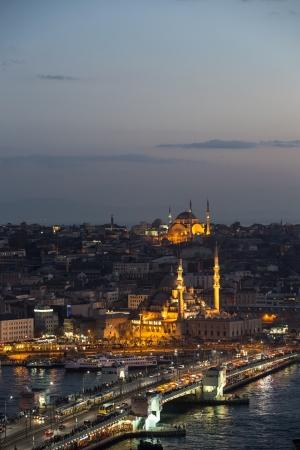 Yenicami e Galata Bridge di notte, Istanbul, Turchia