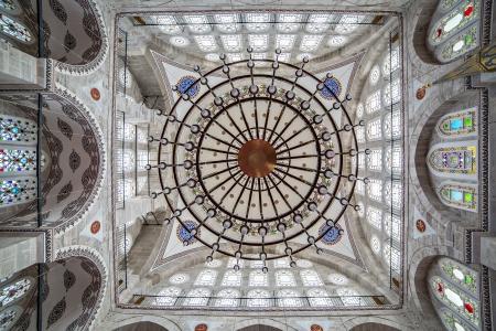 Lampadario e la cupola di Mihrimah Sultan Mosque, Edirnekapi, Istanbul, Turchia Editoriali