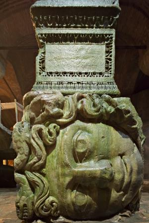 cisterna: Medusa haed en La Cisterna Bas�lica en Estambul, Turqu�a Editorial
