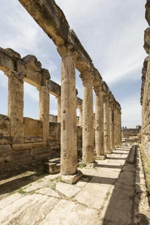 latrina: La latrina a Hierapolis, Denizli, in Turchia. Hierapolis era una antica citt� greco-romana della Frigia.