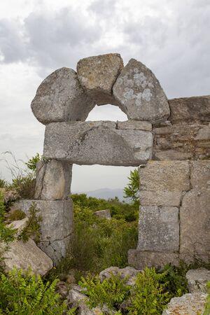 Monastero di San Simeone nei pressi di Antakya, Hatay, Turchia. Simone Stilita il Giovane visse su questa collina, e più precisamente, su un alto pilastro eretto sul suo pendio, nel VI secolo d.C.