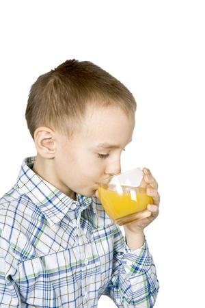 gladly: El chico con mucho gusto beber jugo de frutas.
