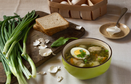 Green sorrel soup with egg and sour cream. Spring and Summer menu. Healthy food Standard-Bild - 123431232