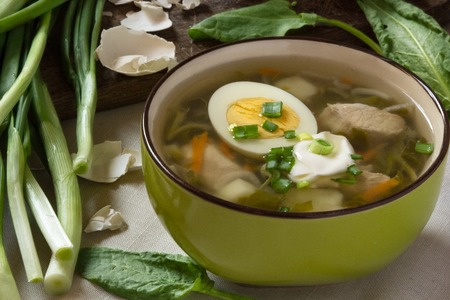 Green sorrel soup with egg and sour cream. Spring and Summer menu. Healthy food Standard-Bild - 123431234