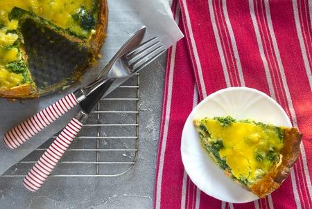 Sliced pie Quiche lorraine with salmon, cheese and spinach. Flat lay Standard-Bild - 123431293