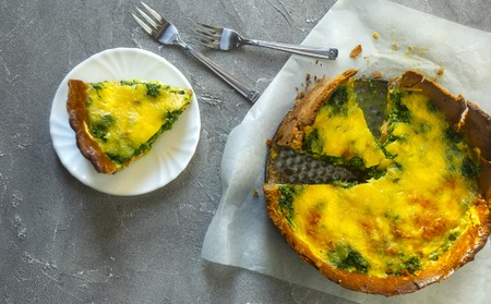 Sliced pie Quiche lorraine with salmon, cheese and spinach. Flat lay Standard-Bild - 123431299