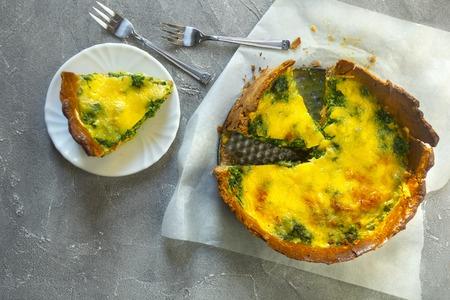 Sliced pie Quiche lorraine with salmon, cheese and spinach. Flat lay Standard-Bild - 123431300