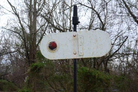 Richland, Nueva Jersey 21 de de marzo de, el año 2016 Un signo de rotación del reflector para señalar los trenes, dándoles instrucciones de qué hacer. Foto de archivo - 55602482