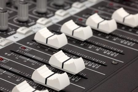 오디오: Closeup of audio mixing console. Shallow depth of field