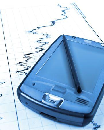PDA op Forex kandelaar grafiek in blauwe verlichting Stockfoto
