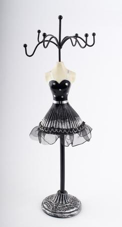 joyeria con silueta femenina y vestido negro