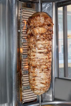 Shoarma vlees alvorens een sandwich wordt gesneden