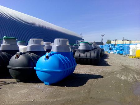 Septic tanks en andere opslagtanks bij het fabrieksdepot van de fabrikant