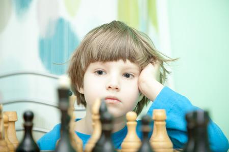 jugando ajedrez: Retrato de un niño pequeño jugando al ajedrez Foto de archivo