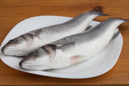 poisson cru bar sur la plaque