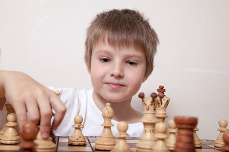 koncentrovaný: Portrét chlapec hraje šachy Reklamní fotografie