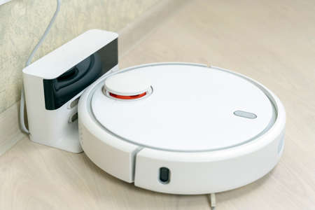 Robot wireless vacuum cleaner working on the Banque d'images