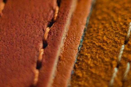 Leder, hellbraunes Wildleder mit dicken Fäden vernäht Standard-Bild