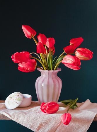 rode tulpen in een vaas