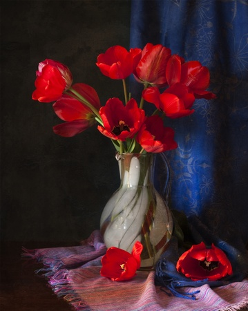 꽃병에 빨간 튤립
