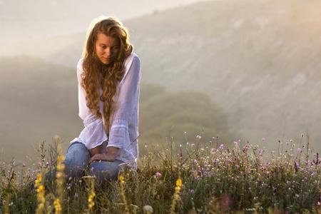 Portret van de jonge mooie vrouw buitenshuis Stockfoto