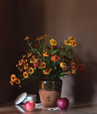 Stilleven met enorme bos bloemen van de herfst Stockfoto