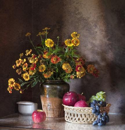 가을 꽃의 큰 무리와 함께 아직도 인생
