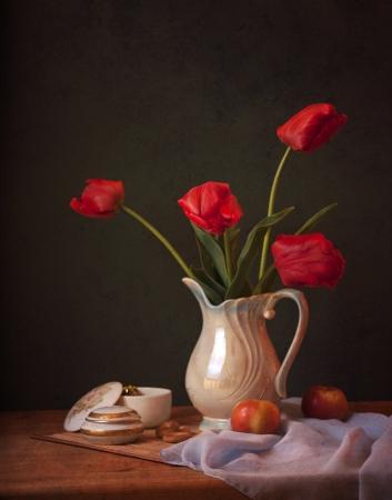 vase color: tulips in a vase