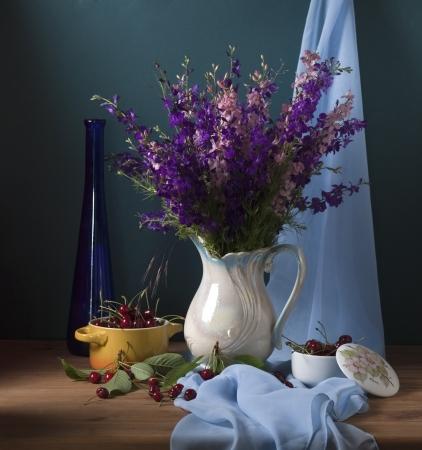 Stilleven met wilde bloemen en kersen