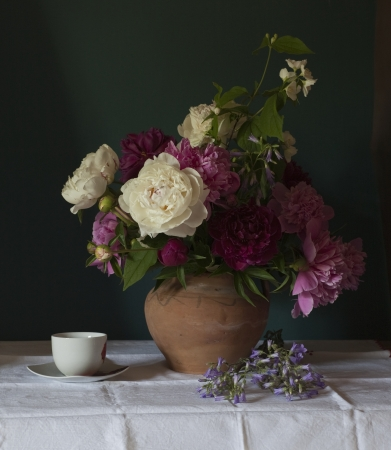 Still life with white peonies in vase 免版税图像