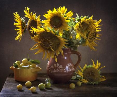 Stilleven met zonnebloemen op tafel