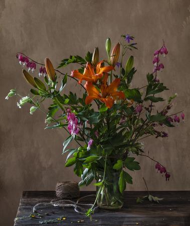 Stilleven met lelie en alstroemeria bloemen