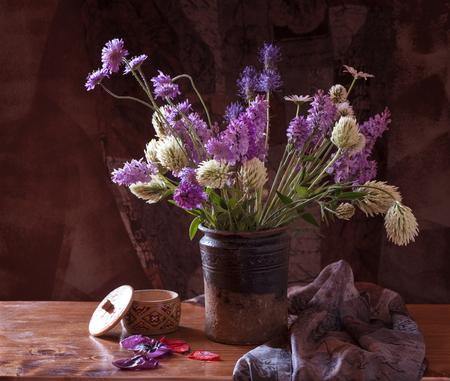 champ de fleurs: Beautiful bouquet of bright field flowers