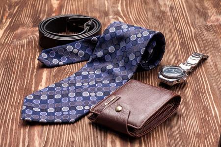 Corbata, cinturón, accesorio de billetera para hombre en una mesa de madera