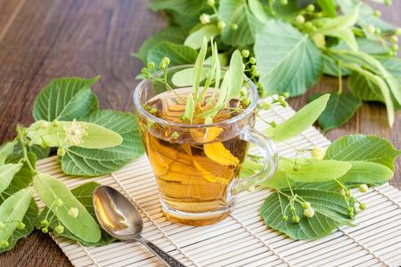 シナノキの花をグラスにライムの花茶。midicinal の治療薬。