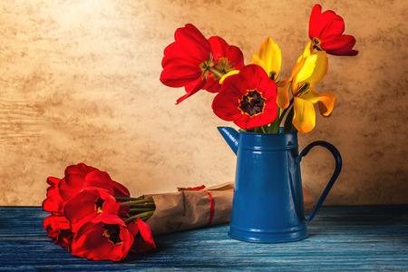 Tulipanes rojos en florero