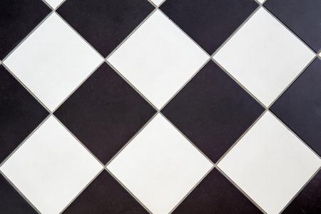 Keramikbodenfliese Schwarz-Weiß-Kreuz Schachbrettmuster Hintergrund Standard-Bild