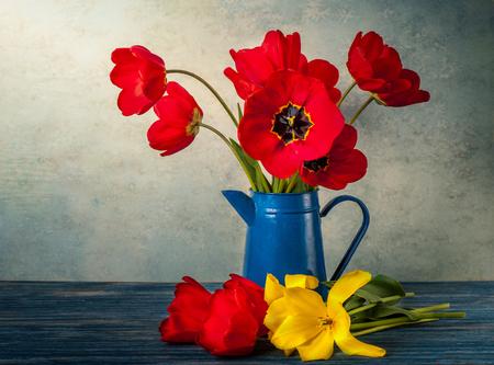 Naturaleza muerta con tulipanes