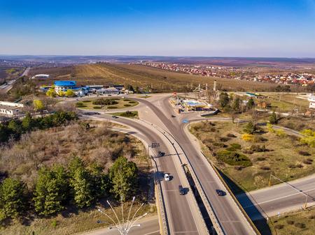 Vidéo de drone de vue aérienne d'une autoroute. Le drone vole vers l'avant tandis que le trafic se déplace en dessous.